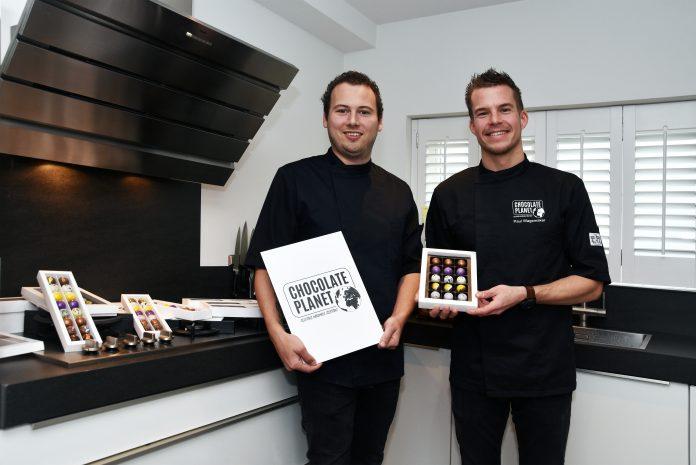 """Chocolatiers Nick Kunst (links) en Paul Wagemaker: """"Een bonbon smaakt bij elke gelegenheid lekker."""" Foto:Hoekstra Grootebroek."""