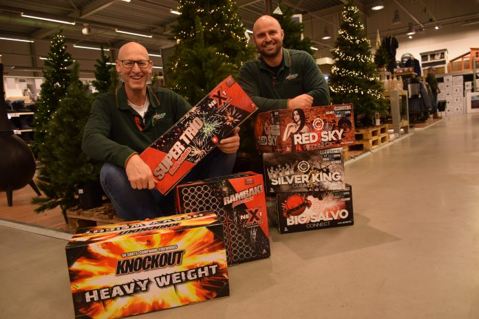 Vuurwerkspecialisten Peter Kok en Menno Landman staan voor u klaar. Tekst en foto: Olga de Boer.