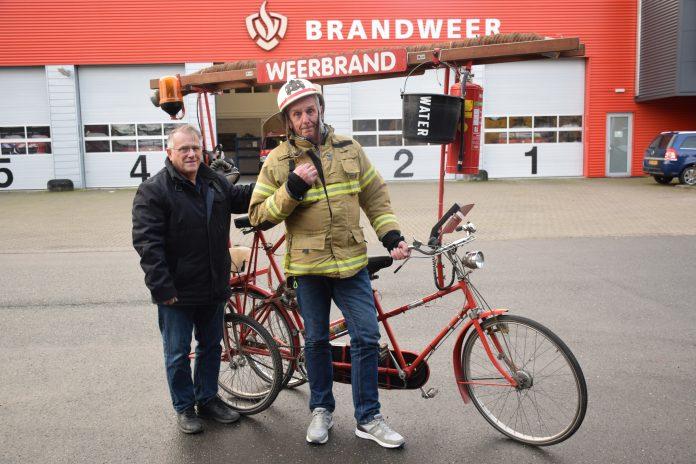 Luuk Hogendoorn (L) en Ger Atsma schenken ook de 'weerbrand'-tandem aan het P!T museum in Almere. Tekst en foto: Olga de Boer.