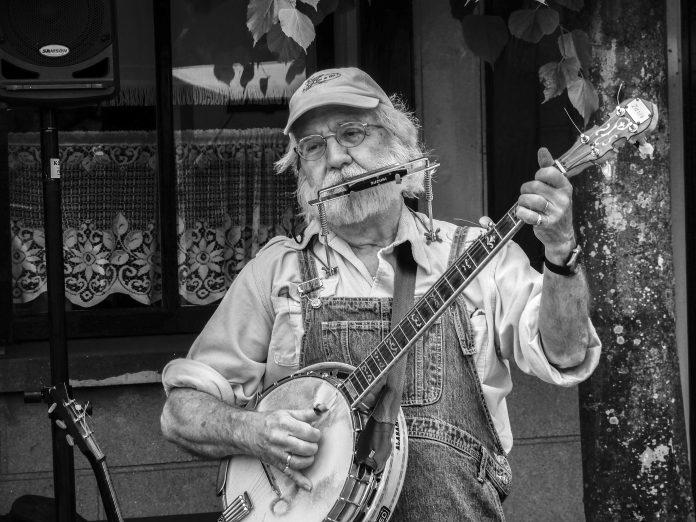 Bijschrift: Paul op de banjo, tijdens een optreden in het Zuiderzeemuseum Enkhuizen. Tekst OdB Foto Koos Dol