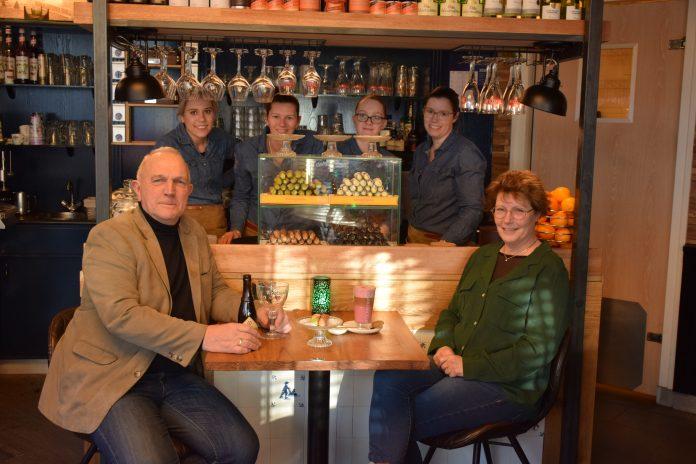 V.l.n.r. Dick, Tessa, Wendy, Lorraine, Nina en Francis (en de rest van het team) van de Kathedraal staan voor u klaar met de lekkerste hapjes en dranken. Tekst en foto: OdB/Streker