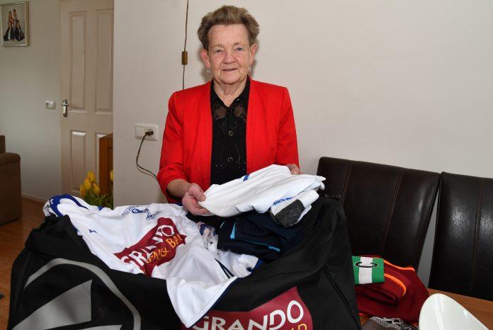 """Woudia-wasvrouw Annie Sijm: """"Ik draai op zondag zes schommels achter elkaar."""" Tekst: Koos Schipper. Foto: Hoekstra Grootebroek."""