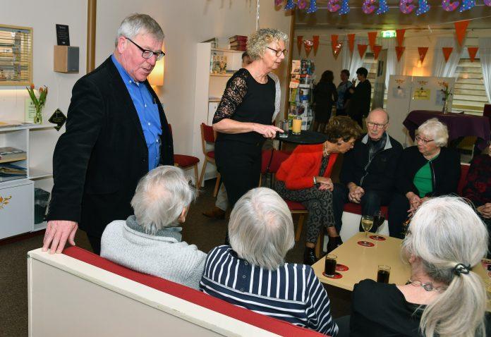 1e foto Sipke de Vries in gesprek met enkele leden in ons prachtige centrum. Foto: Hoekstra Grootebroek.