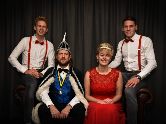 V.l.n.r: Hofman Stef Appelman, Adjudant Pim Haring, Prinses Tragoudistis (Terri Steneker) en Hofman Stefan Mak. Foto: Bodien Mol.