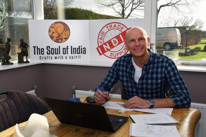 Eugen de Boer aan zijn Indiase werktafel in Oosterblokker: 'Ik ga voor fair trade support'. Tekst: Koos Schipper. Beeld: Foto Hoekstra (Grootebroek).